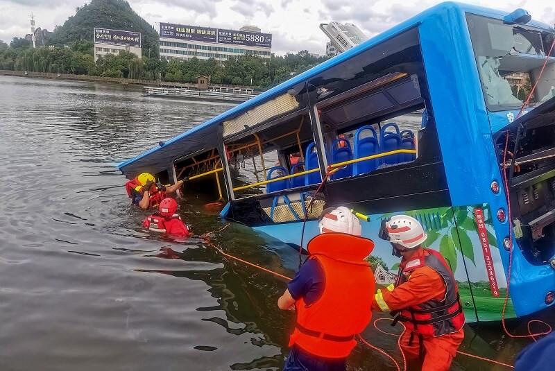 Triste escena: autobús de estudiantes cae a río; 21 murieron (+Video)