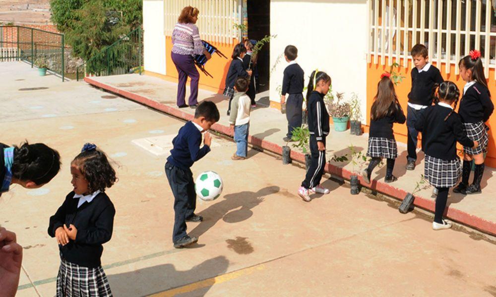 Atención papis: si no llegan a tiempo por sus hijos a la escuela, directores hablarán a la policía