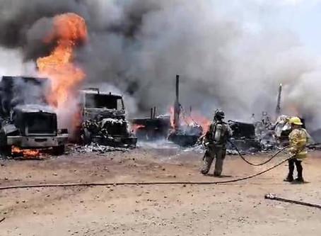 Esta tarde se incendian 6 tractocamiones en la Central de Abastos de #Uruapan
