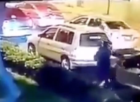 #KarmaMéxico: Asaltante en moto bajo a robar a conductor y este lo recibió de un balazo en la frente