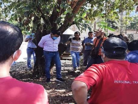 #México: Pobladores amarran a un árbol a alcalde por entregar malas obras
