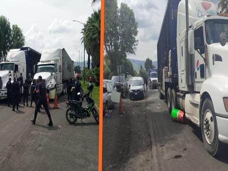 Trailero se lanza contra bloqueo-protesta de policías estatales; hay 3 heridos