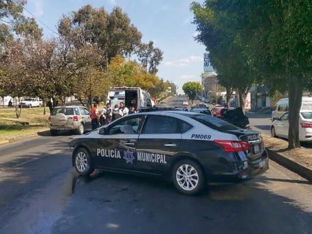 Choque entre patrulla y un auto particular deja una oficial herida en el periférico de Morelia