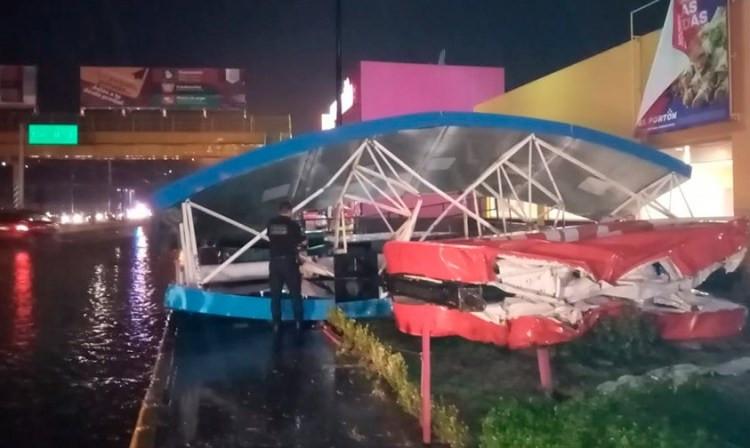 """La tormenta de esta noche en #Morelia tiró el letrero de Walmart """"La Huerta"""""""