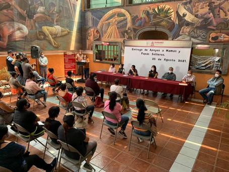 Autoridades municipales entregan apoyos a madres y padres solteros de Acámbaro