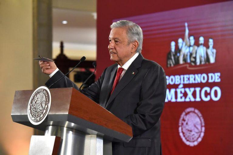 "#EsEnSerio: AMLO enseña la ""cámarita"" que lo espiaba en Palacio Nacional"