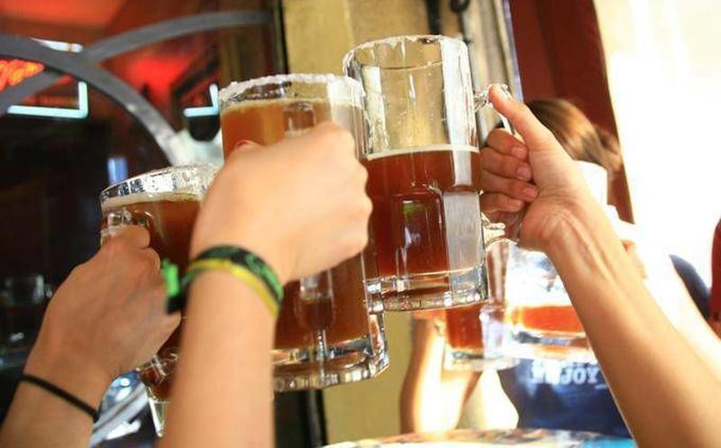 No beber alcohol por 42 días, requisito para que vacuna contra el COVID-19 surta efectos