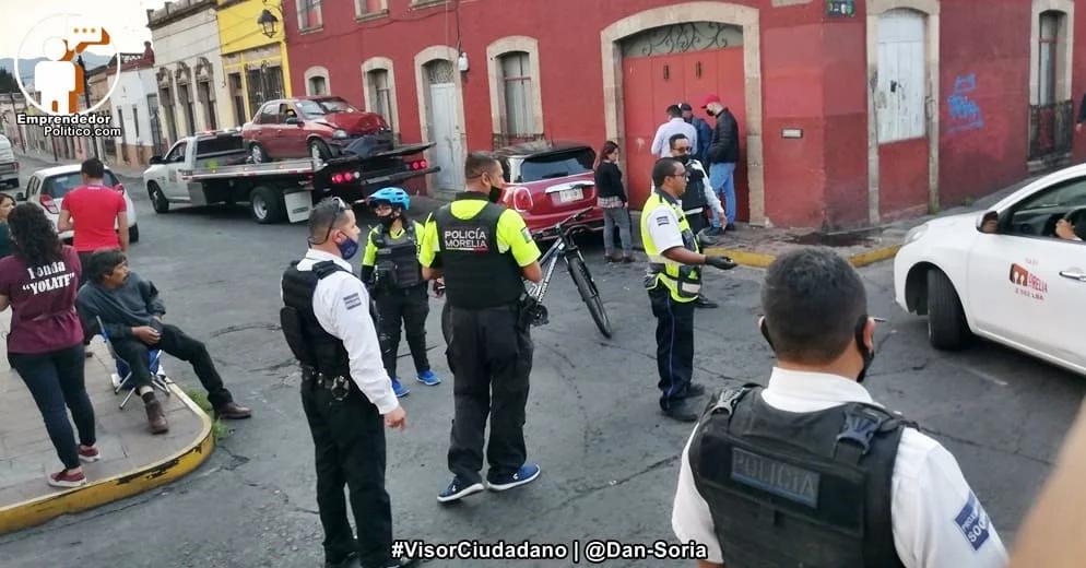 #Morelia: Por no respetar el uno a uno, dos autos protagonizan choque en calles del Centro