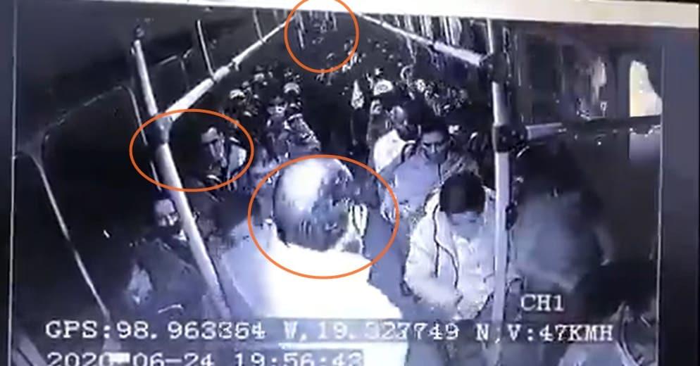 Graban fuerte balacera entre justiciero y rateros en autobús; dos muertos