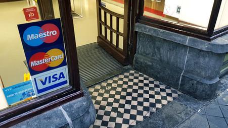 Toeslag op PIN en creditcard betalingen mag niet meer | Nederland gemaand tot invoering wet