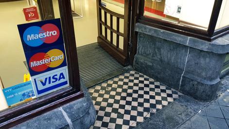 Toeslag op PIN en creditcard betalingen mag niet meer   Nederland gemaand tot invoering wet