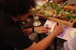 サインを書く葉加瀬さん2