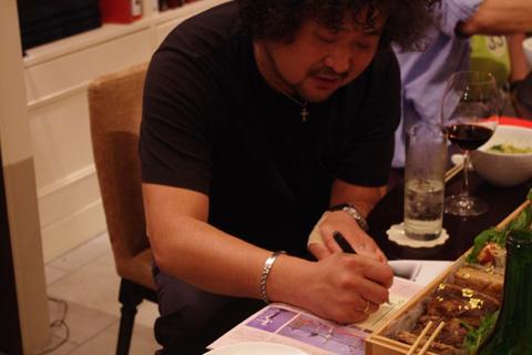 サインを書く葉加瀬さん3