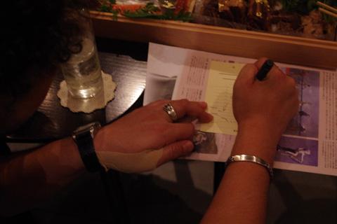 サインを書く葉加瀬さん