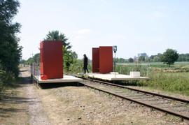 Een door ons bedacht en geplaatst, tijdelijk, perron aan het Duitse Lijntje. 2006.