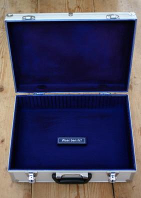 Op het door ons bedacht en geplaatste, tijdelijke, perron aan het Duitse Lijntje stonden aluminium koffers. 2006.