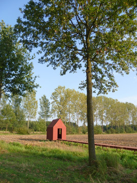 Project Veghels Buiten. In dit door ons ontworpen huisje op een leeg maisveld bevindt zich de geschiedenis van de mensen in het buitengebied. De foto's en verhalen zijn bevestigd op ijzeren platen en in boekjes. Oktober 2011.