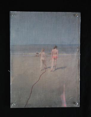 twee meisjes op linnen geprint achter plexiglas 19x28,5cm.