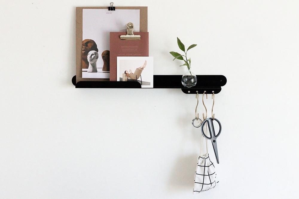 מדף ברזל מעוצב לעיצוב כניסה לבית משולב עם מתלים