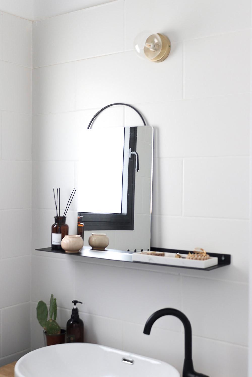 מדף מינימליסטי מעוצב לחדר הרחצה