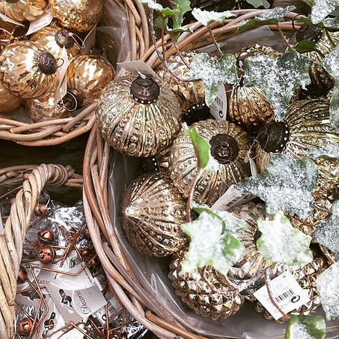 Glistening gold & vibrant greens 🌿our woodland inspired Christmas theme just looks spectacular righ