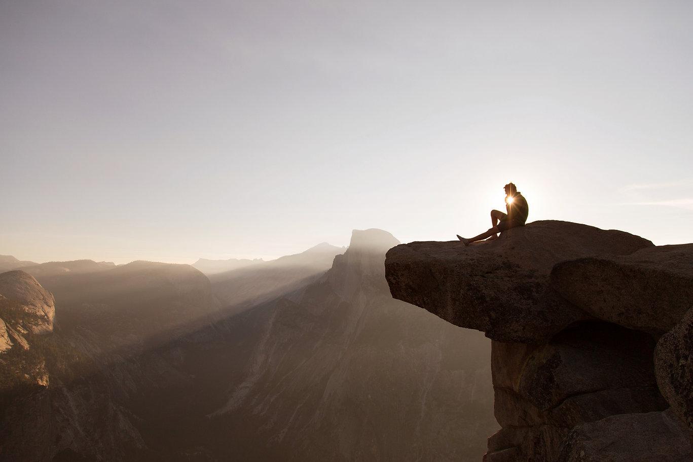 Assis sur les rochers