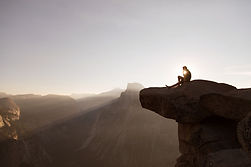 Sentado en las rocas