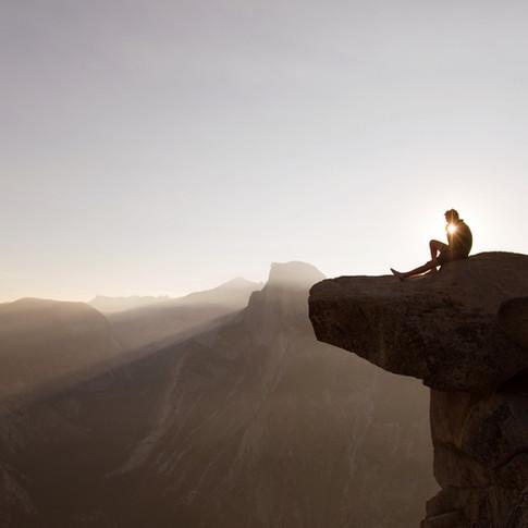 Sentou-se nas rochas