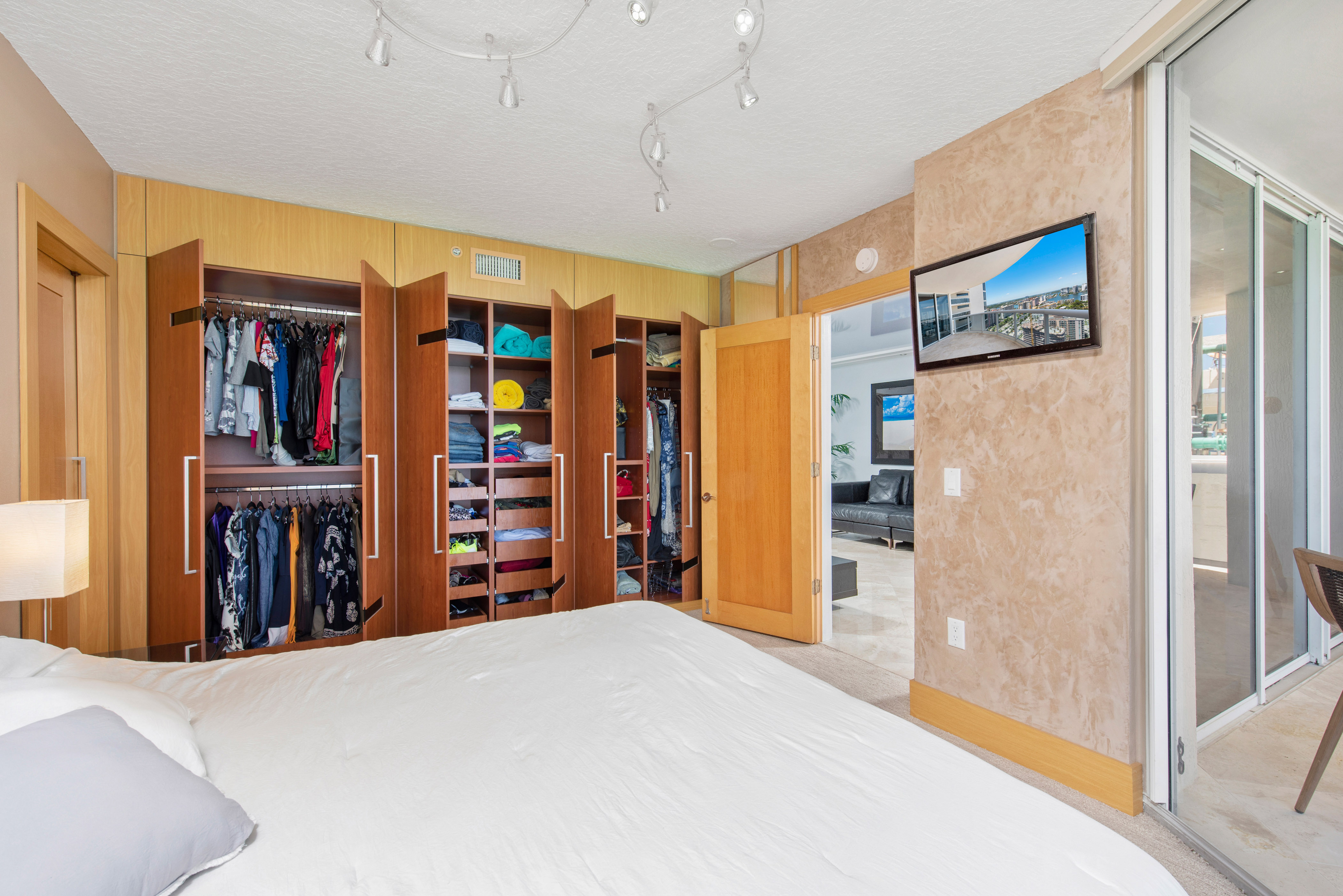 Displaying custom closets open