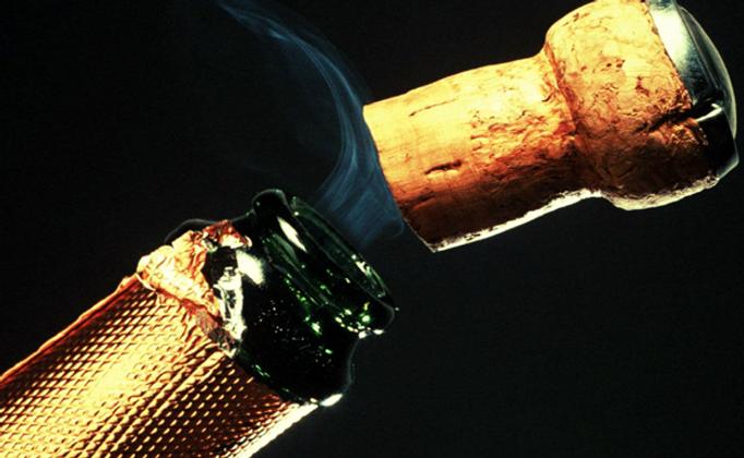 Champagner Flasche wird geöffnet