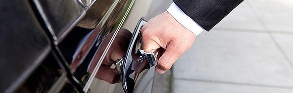 Personenschützer öffnet Autotür