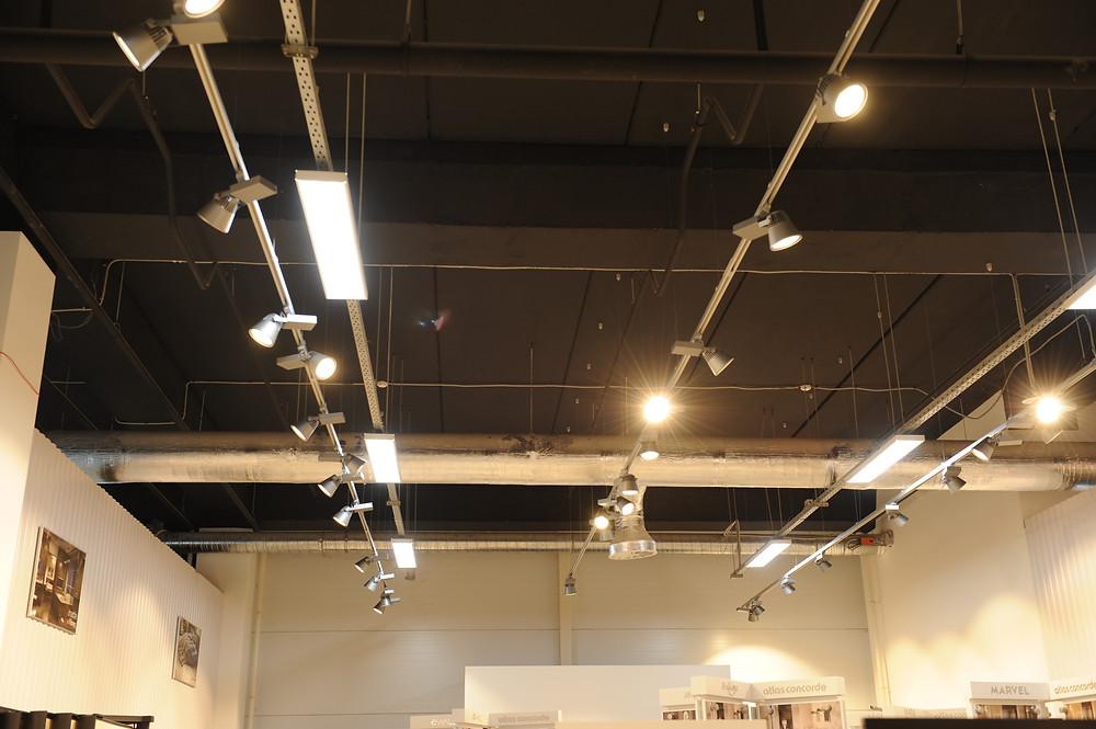 Монтаж светильников в магазине керамической плитки