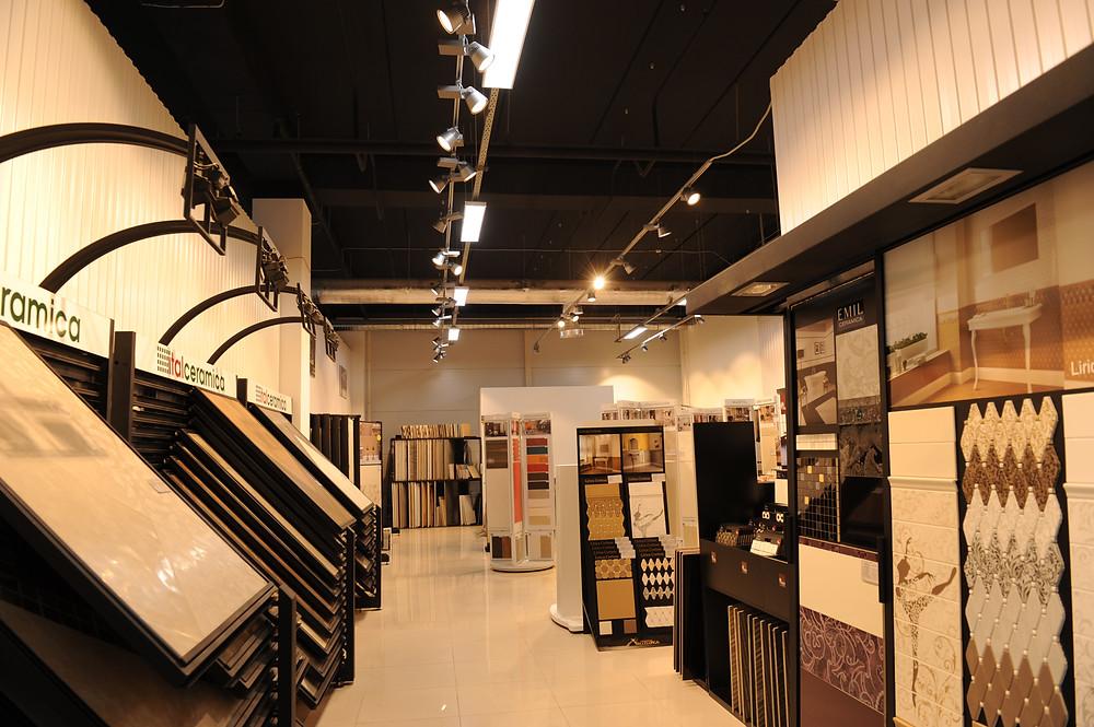Монтаж трековых светодиодных светильников в магазине ИТАЛКЕРАМИКА