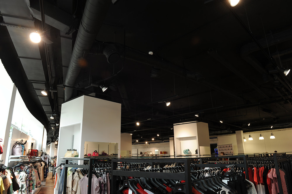 Монтаж трековых светильников в магазине одежды