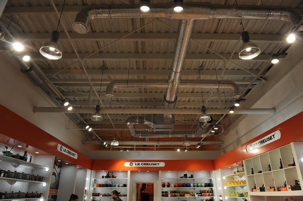 Монтаж системы освещения в магазине
