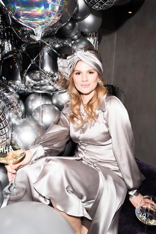 Каскад из серебряных шаров на праздник.j
