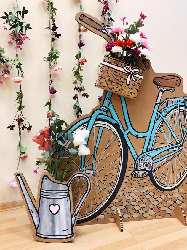 Цветочный фон и велосипед из картона.jpg
