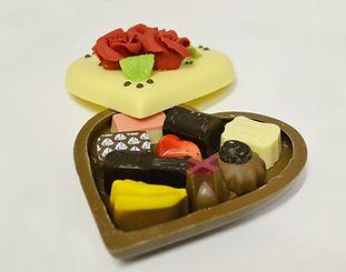 Choocoladehart gevuld met bonbons.jpg