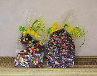 Vrolijke Paaschocolade met versieringen.
