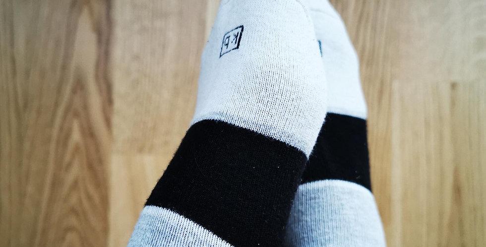 drei farbige - getragene Socken