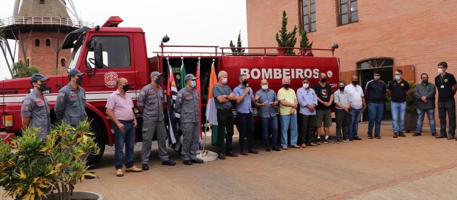 Holambra apresenta veículo de combate a incêndios para  Associação de Bombeiros Voluntários