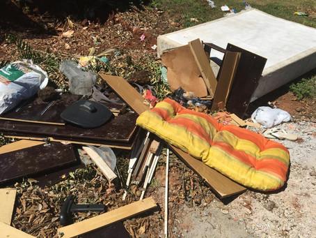 Desrespeito ao descarte correto  de entulhos e lixos em alguns bairros da cidade