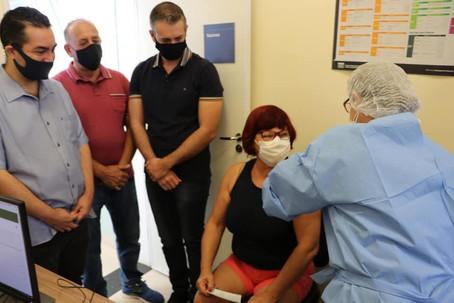 Funcionários da Educação se emocionam e celebram vacinação contra a Covid-19