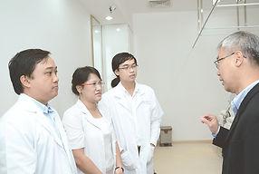 Dr Goh Seng Heng talking to Doctors