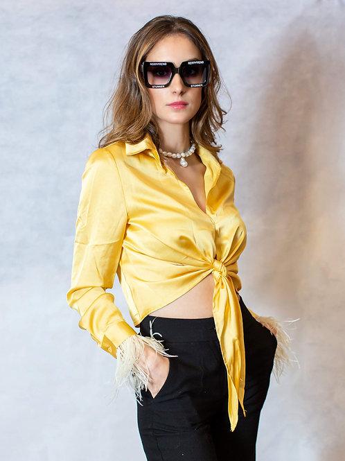 Camisa raso amarilla con plumas en puños