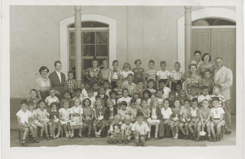 Abb. 3: Die Schülerschaft der neuen Humboldt-Schule im Jahr 1956 mit Direktor Hannes Ihrig (rechts)