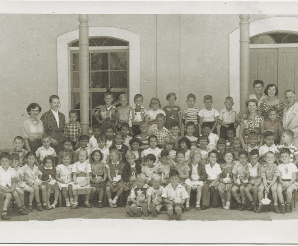 Fig. 3: El alumnado de la nueva Escuela Humboldt en el año 1956 con el Director Hannes Ihrig (derecha)