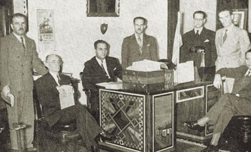 Abb. 2: Präsident Rafael Angel Calderon und sein Kabinett bei der Unterzeichnung der Kriegserklärung