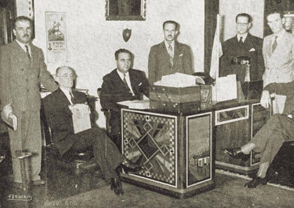 Fig. 2: Presidente Rafael Angel Calderon  y su gabinete  firmando la Declaración de guerra