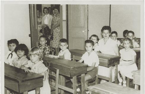 Abb. 4: Schüler des 2. Schuljahres mit der Lehrerin Jenny Salom im Jahr 1956